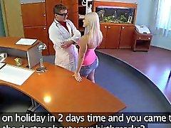 FakeHospital Perfekte sexy Blondine wird abgetastet und spritzt