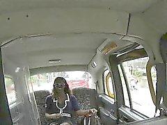 Taxista Naughty atornillar una nena negro en caliente en el asiento posterior
