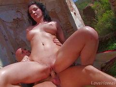 Sexy Brunette ottiene tutti i fori Plug. Outdoors Outdoors.mp4
