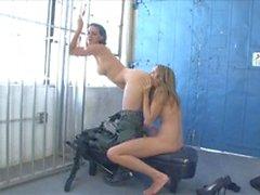 Carcerato e di ufficiale non possono tenere le mani a cattivi su loro stessi