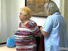 Kiimainen vanha nainen menee hullu saada hänen