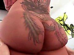 Большая татуировки задницы шлюха становится лизала и играл