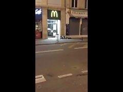 Il baise une meuf en pleine rue devant la police