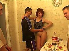 Мамы & множество парней есть секса в кухне