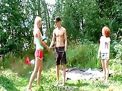 Hailey en Caprice zuigen pik in trio