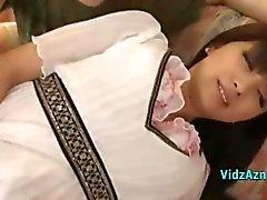 Beyaz Elbiseli Asyalı Kız Her PussySitting Roo kanepede Parmaklı Başlarken