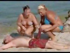 Homme avec le un coq gigantesque on the Beach permet femme sans voix
