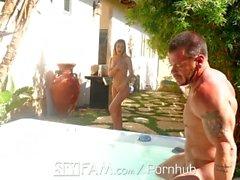 SpyFam Step fratello e sorella step Sydney Cole cazzo nella vasca idromassaggio