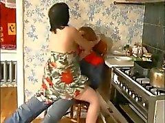 Russian mom och en unga rörmokaren