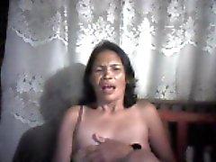 filipina la mamma lucia Apana da Cebu mostrando i suoi capezzoli