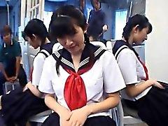L'étudiante Kazuha Mizumori adore se se masturbant l'école