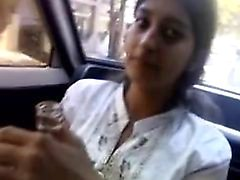 ragazza indiana dà pompino in automobile