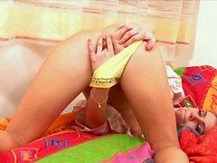 Jeune femme blonde dans des tresses insère jaune vif bananier gode dans sa de VAG