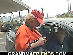 Raccolgono lei dal distributore di benzina e cazzo a