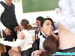 Quatre des écolières glamour profiter salle de classe orgie