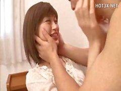 Азиатские милашка горничной и женой дрочит член и получает ударил