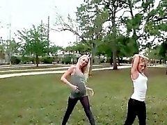Учебные блондинок облизывая друг друга киски