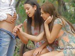 Guy iki bayanlar sıkı herifler outdoor sikikleri