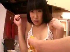 Dona de casa asiática é puxado para fora da cozinha para sugar e ir