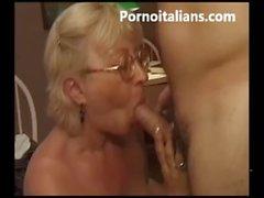 Italian Granny blowjob hot - matura italiana succhia cazzo