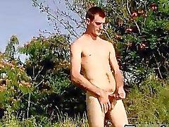 Boy Gays joven Lluvia el pelo marrón desnudo en el salvaje Con la de Duke