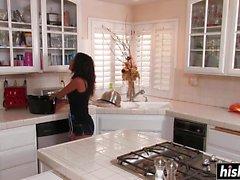 Neela Sky genießt in der Küche