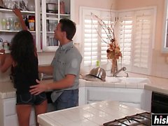 Neela Sky jouit baise dans la cuisine