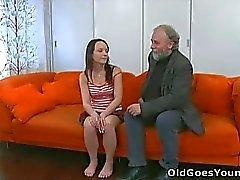 Att hon älskar pojkvännen men inte nog för att hålla händerna på gubben !