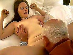 Heta kvinna mottar en orala av ett 82 årig människa