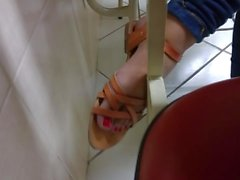Candid foott in college pezinhos red nails 2