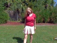 Spannen Sie liebevolle großbusig Cheerleader Madison Scotts