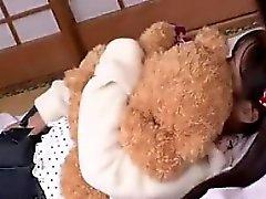 Innocent молодежь азиатского объятия ее медвежонок пока получающ ей