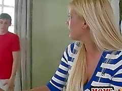 Étourdissement le MILF de Jenna Moore se joint à Teen