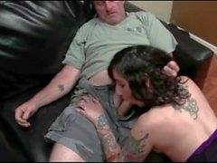 Gammal kille som fucks hennes Tattooed stepdaughter hårt