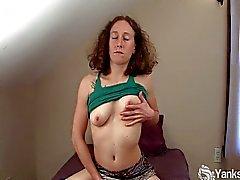 Amateur Nina masturba la figa pelosi