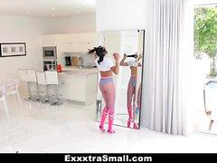 ExxxtraSmall - Enerjik Siyah Kız Kemikli alır