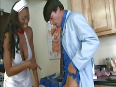 Nyomi Banxxx donne chaud en elle costume infirmiers et encore plus chauds sans que