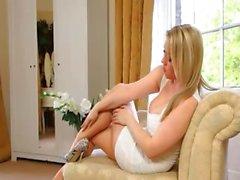 Schöne blonde Braut necken über bigbed