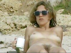 Pour chatte poilue plage nue