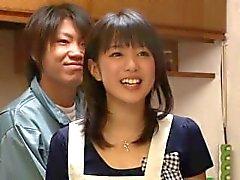 Hausfrau von hinten in der Küche gefickt - Nana Nanaumi zierliche Milf Arsch