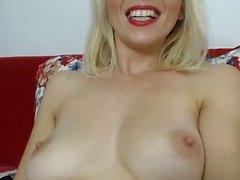 Rachel Starr spielt ihre Muschi bis zum Orgasmus hautnah vor der Webcam