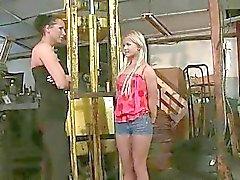 La maîtresse Mandy Bright punir les mignon de teen fille