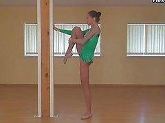 Teenager che sexy della e flessibilità alla ginnastica allunga naked al piano