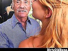 Blonde Teen Raylin Ann Tomando Três Homens Velhos De Uma Vez