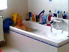 Spieße meine Mama rasieren ihre Muschi im Bad