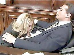 Yırtık külotlu çorap ağır göğüslü sarışın sekreter ofis çivilenmiş alır