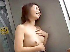 Haiji fica dedos nu e mija em locais públicos
