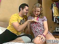 Myndig för tonåring som mottar hennes pussy kontrolleras medlem