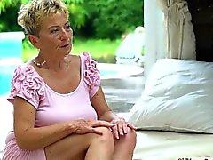 Big сиськи подросток Аида Свингер потирает киску о бабульки язык