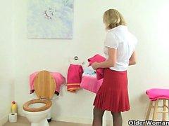 milfs britanniques Molly et Elaine amuser dans la salle de bain